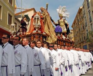 Costaleros que llevan un trono en Málaga durante la Semana Santa