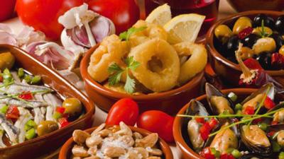 Tapas essen mit Ail Malaga, Spanien Malaga